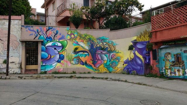 Valparaiso - street art graffiti - Un Kolor Distinto - Chile